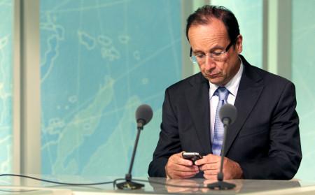 image Hollande sur son smartphone